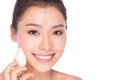femme-asiatique-de-beauté-de-maquillage-appliquant-le-visage-de-base-45170137